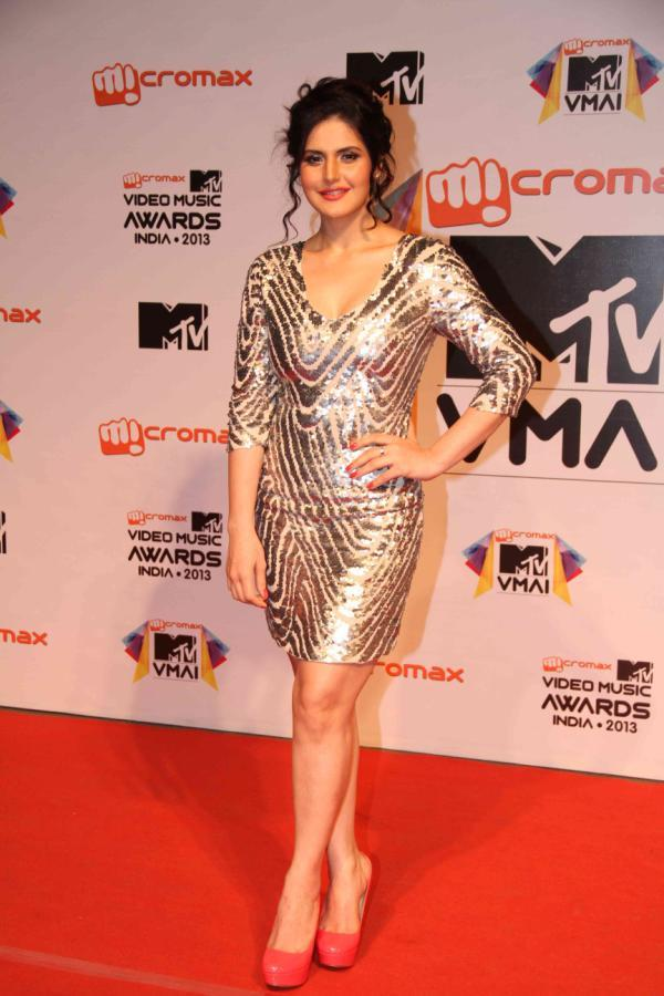 Zarine Khan Strikes A Pose In Red Carpet At MTV Video Music Awards 2013