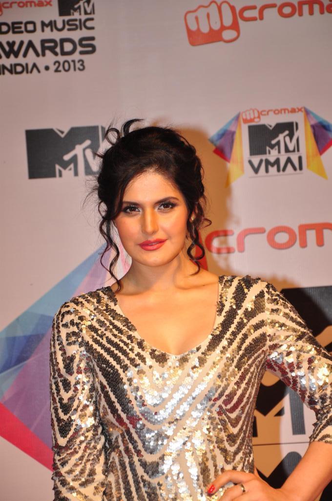 Zarine Khan Stunning Look At MTV Video Music Awards 2013