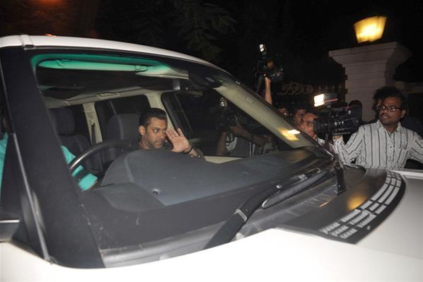 Salman Khan Spotted On His Way To Sanjay Dutt Residence