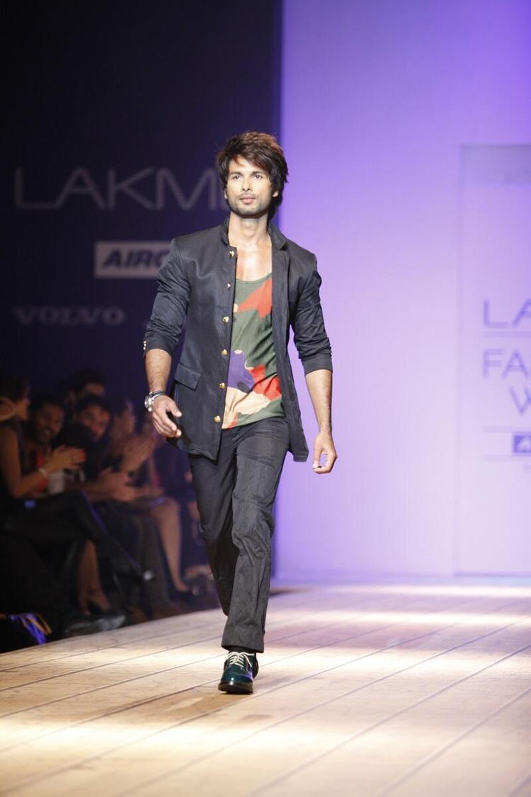Shahid Kapoor Walks On Ramp At Lakme Fashion Week 2013