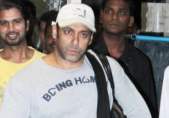 Salman Cute Look Photo Clicked At Airport Returning From Medical Checkup