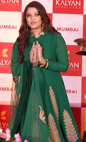 Aishwarya Greets The Audience At Kalyan Jewellers Press Conference