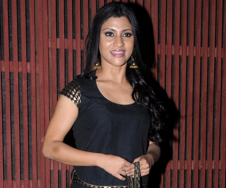 Konkana Sen Strikes A Smiling Pose At Kangna Ranauts Birthday Bash