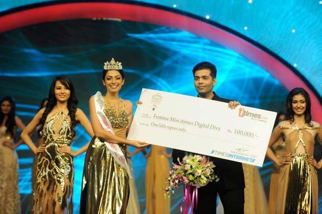 Karan Johar Gave A Cheque To Navneet At Femina Miss India Grand Finale 2013