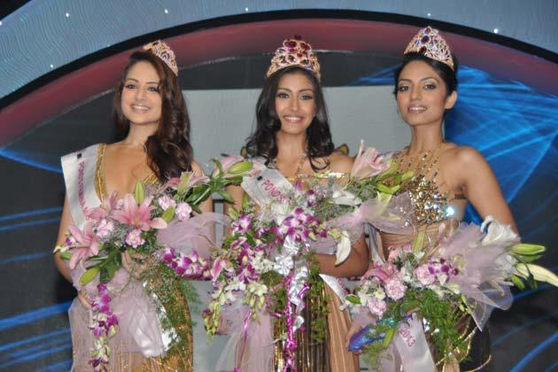 Sobhita,Navneet And Zoya Posed With Their Crown At Femina Miss India Grand Finale 2013