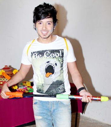 Divyendu Sharma Posed With A Pichkari During The Promotion Of Chashme Baddoor