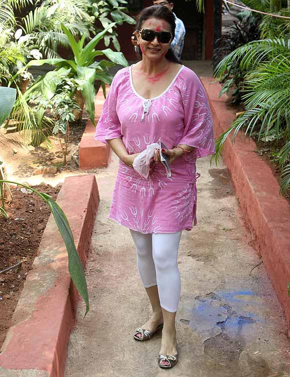 Poonam Dhillon Plays Holi At Shabana Azmi And Javed Akhtar Holi Celebration 2013