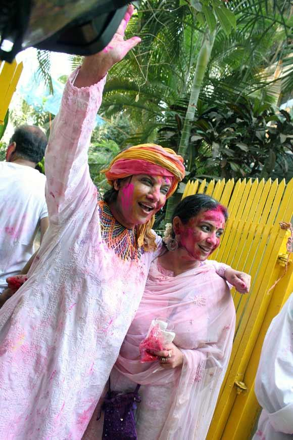 Shabana And Divya Plays Holi At Shabana Azmi And Javed Akhtar Holi Celebration 2013