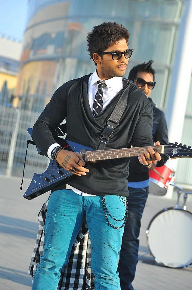 Allu Arjun Guitar Playing Photo Still From Movie Iddarammayilatho