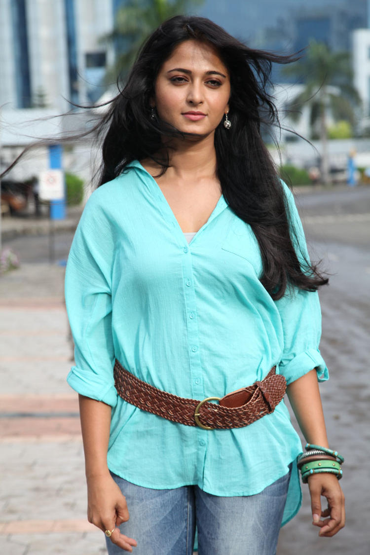 Anushka Shetty Hot Look Mirchi Movie Photo Still
