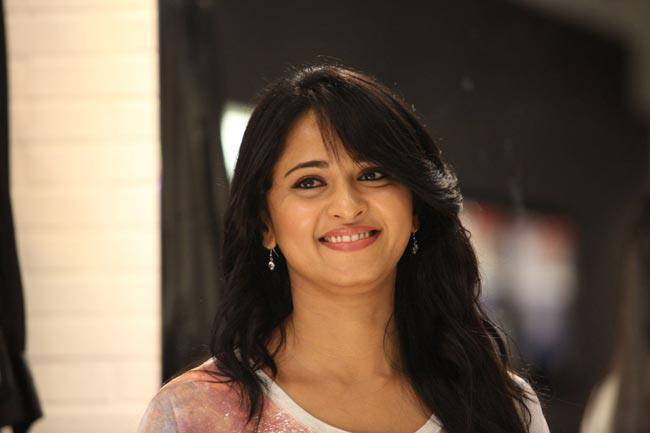 Anushka Shetty Sizzling And Attractive Photo Still From Movie Mirchi