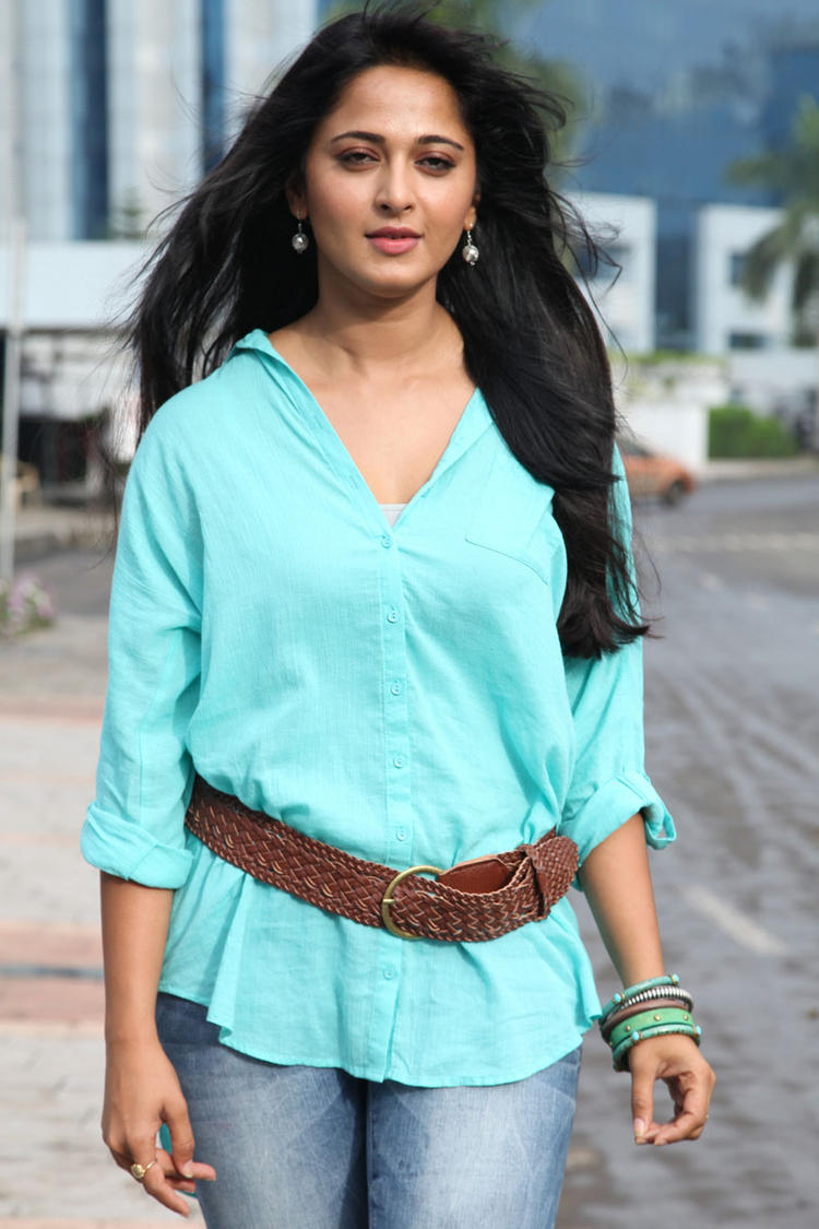 Anushka Shetty Stylish Look Mirchi Movie Photo Still