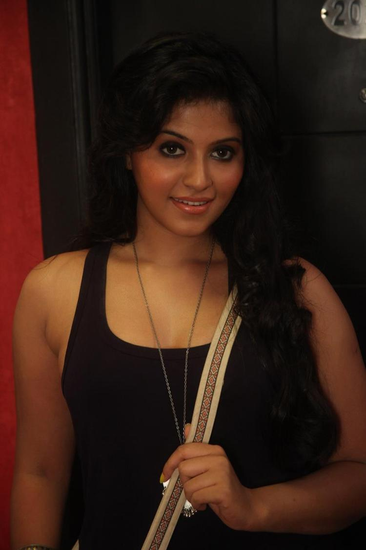 Anjali Sexy Look Photo Still From Movie Settai