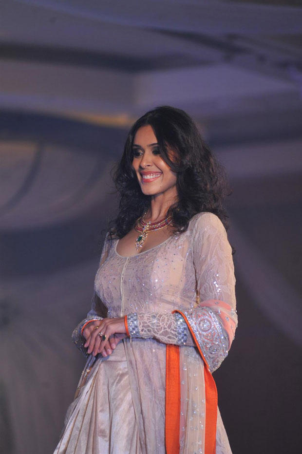 Hrishitaa Bhatt Smiling Look On Ramp At Neeta Lulla Shehnai Collection Fashion Show Event 2013