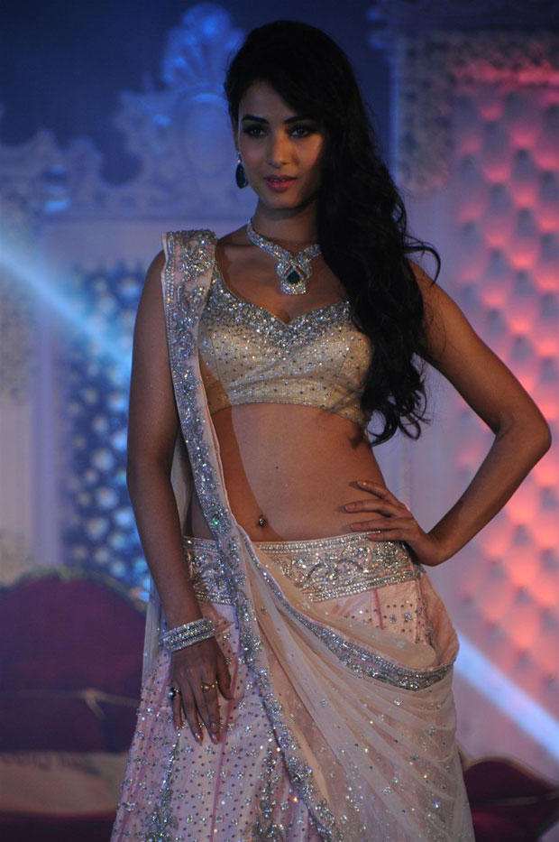 Sonal Chauhan Sexy Look On Ramp At Neeta Lulla Shehnai Collection Fashion Show Event 2013