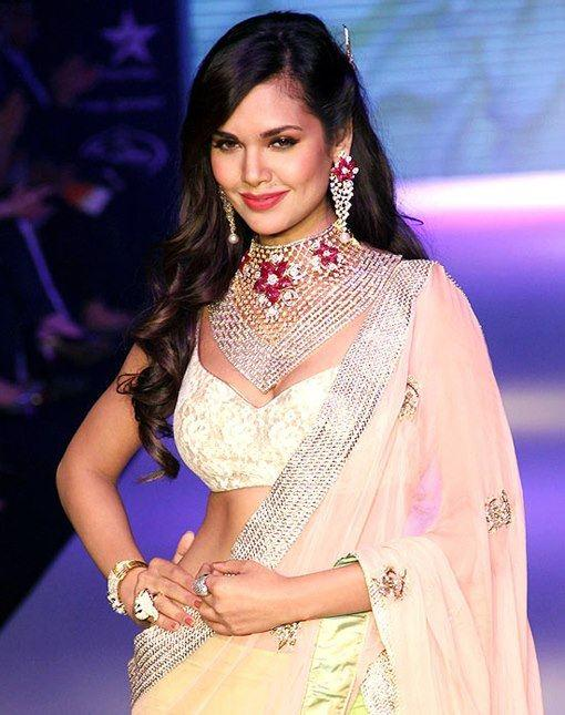 Esha Gupta Looked Gorgeous In A Saree At India International Jewellery Week 2012