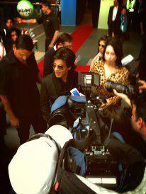 SRK Welcomed By A Huge Crowd Of Fans At Vancouver International Airport