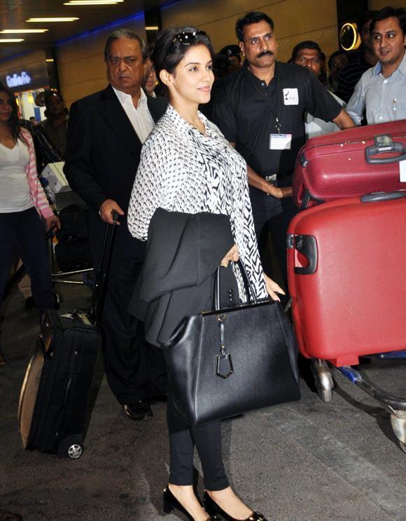 Asin Thottumkal Glamour At Mumbai Airport Leaving For TOIFA 2013