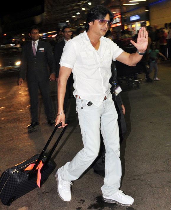 Jimmy Shergill Greets His Fans At Mumbai Airport Leaving For TOIFA 2013