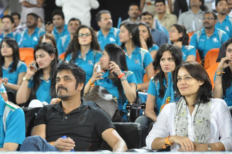 Nagarjuna With Wife Amala Enjoy The Match At Hyderabad Vs Pune IPL Cricket Match