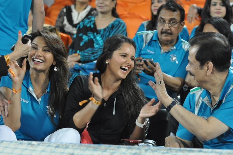 Sania And Subrata Make An Appearance At Hyderabad Vs Pune IPL Cricket Match