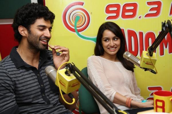 Aditya Speaking Still And Shraddha Looks On At 98.3 FM During Promoting Aashiqui 2