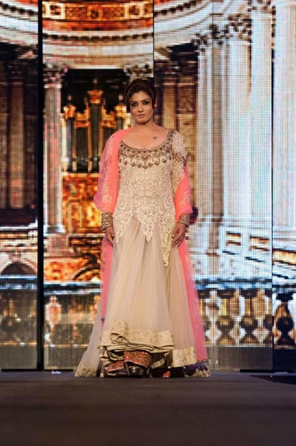 Raveena Tandon Gorgeous Look On The Ramp In Manish Malhotra Ramp Show At TOIFA 2013