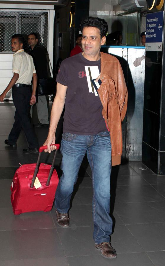 Manoj Bajpai Flashes Smiling Look At Mumbai Airport On Their Arrival From TOIFA 2013