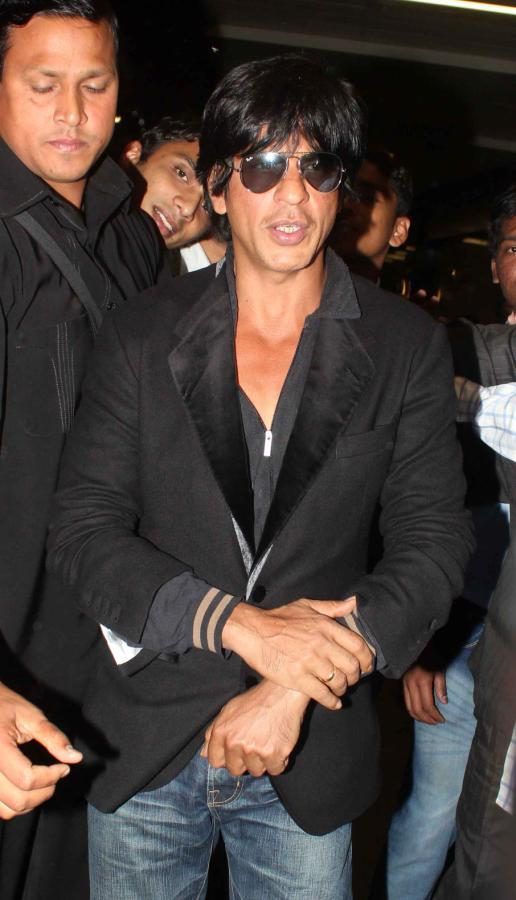 Shahrukh Dappers Look In Suit At Mumbai Airport On Their Arrival From TOIFA 2013