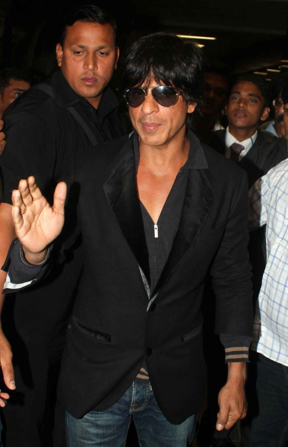 Shahrukh Khan Greets His Fans At Mumbai Airport On Their Arrival From TOIFA 2013