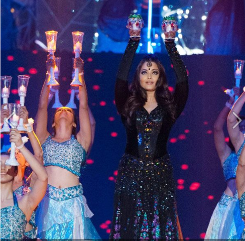 Aishwarya Sizzling Look Performance At TOIFA In Vancouver