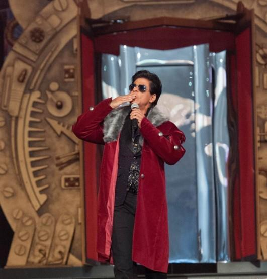 Shahrukh Flying Kiss To Audience Photo Clicked At TOIFA
