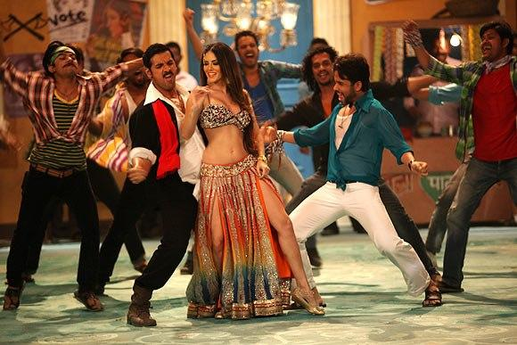 John,Sunny And Tusshar Rocking Dance Photo Still From Movie Shoot Out At Wadala