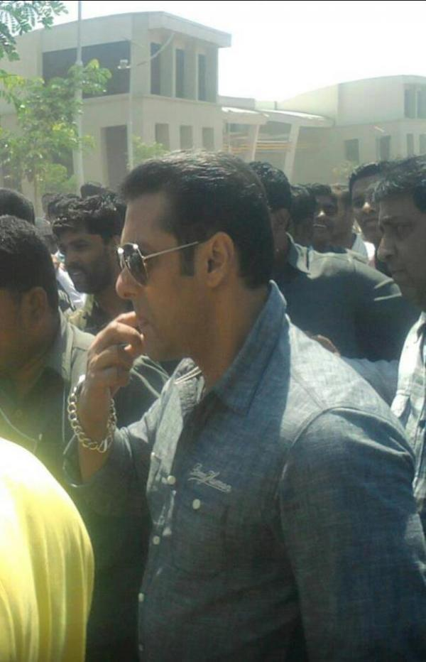 Salman Snapped On Location Of Mental At Sanjay Ghodawat College