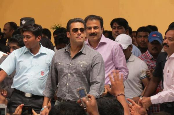 Salman Spotted On Location Of Mental At Sanjay Ghodawat College