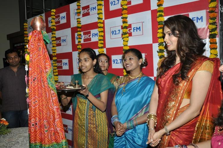 Ishaa With Some Ladies Offer Pooja At BIG FM 92.7 During Gudi Padwa