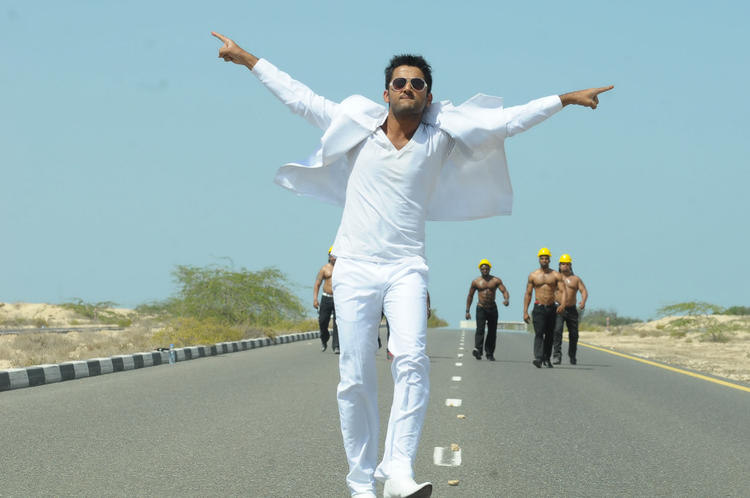 Nitin Rocking Dance Photo Still From Movie Gunde Jaari Gallanthayindhe