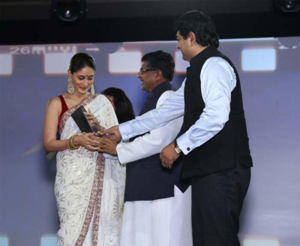Kareena Received Award Photo Clicked At NDTV Indian Of The Year Award Function