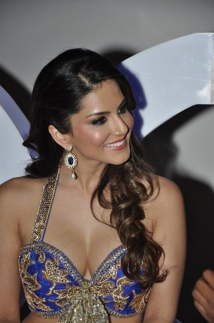 Smiling Sunny Leone Stunning Hot At The Shoot Of Sachiin J Joshi XXX Energy Drink