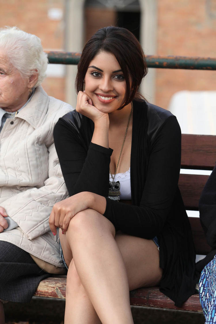 Richa Gangopadhyay Trendy Sexy Look Still From Mirchi Movie