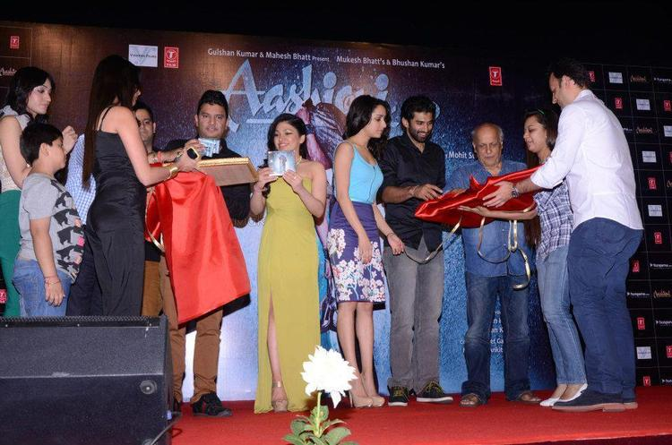 Bhushan,Shraddha,Aditya,Mahesh And Others Cool On Stage At Aashiqui 2 Movie Music Launch Event