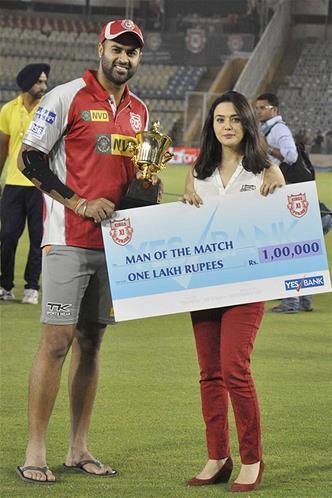 Preity Presents The Man Of The Match Award To Manpreet At KXIP Vs KKR Match IPL 2013
