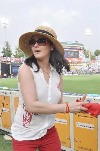 Preity Zinta Glamour Dazzling Look During The KXIP Vs KKR Match IPL 2013