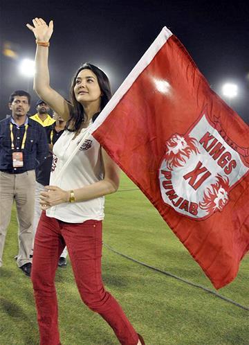 Preity Zinta Greets Her Fans At KXIP Vs KKR Match IPL 2013