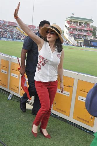 Preity Zinta Waves Hands To Her Fans At KXIP Vs KKR Match IPL 2013