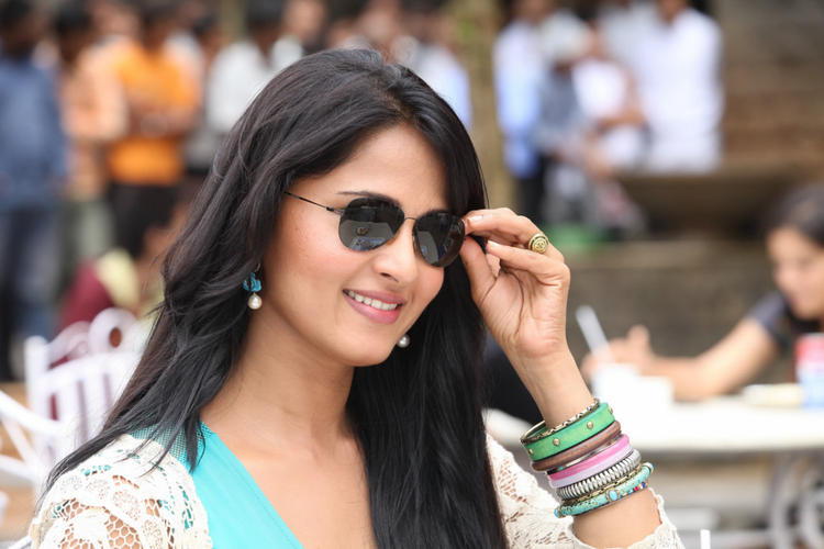 Anushka Glamour Look Photo Still From Movie Mirchi