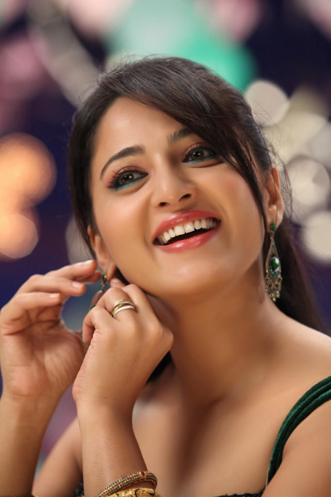 Anushka Spicy Look Photo Still From Movie Mirchi