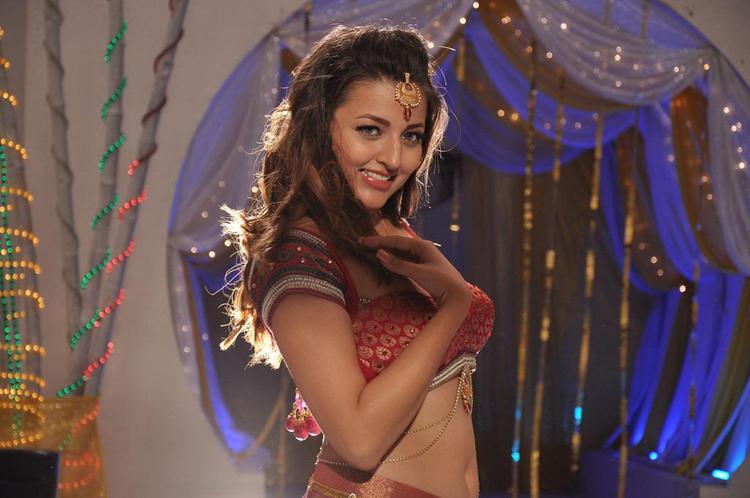 Sizzling Look Photo Still From Movie Yaaruda Mahesh Item Song