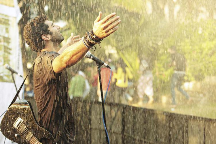 Aditya Song Perform Photo Still From Movie Aashiqui 2