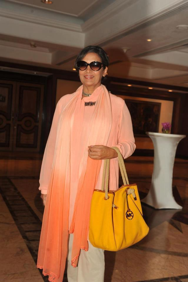 Shabana Azmi Posed For Camera At 4th Women Leaders Awards 2013
